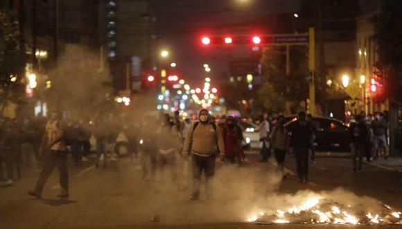 Los manifestantes prendieron fuego en la pista en dos puntos de la ciudad, según la Policía. (Foto: Renzo Salazar / @photo.gec)