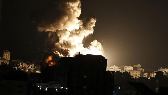 Ondas de fuego y humo por los ataques aéreos israelíes en la Franja de Gaza, controlada por el movimiento islamista palestino Hamas, el 13 de mayo de 2021.  (Foto: MAHMUD HAMS / AFP).