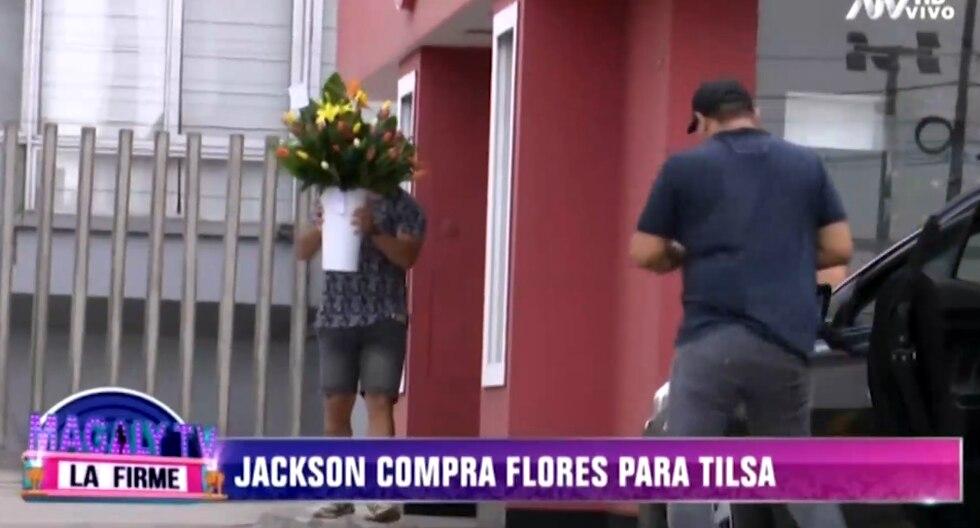 Jackson Mora compra flores para Tilsa Lozano. (Captura de pantalla)