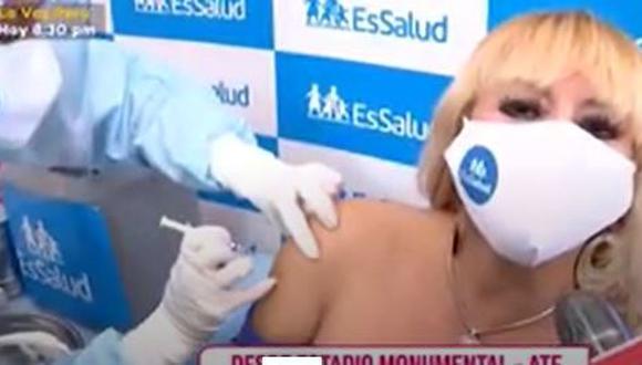 Susy Díaz emocionada tras recibir primera dosis de vacuna contra el COVID-19. (Foto: Captura de video).