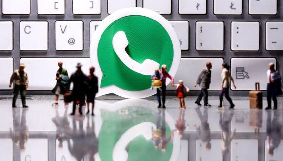 Un logotipo de WhatsApp impreso en 3D se coloca entre pequeñas figuras de personas. (REUTERS/Dado Ruvic).