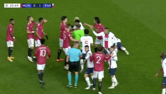 Fred derribó a Leandro Paredes y se formó una gresca en el Manchester United vs. PSG | VIDEO