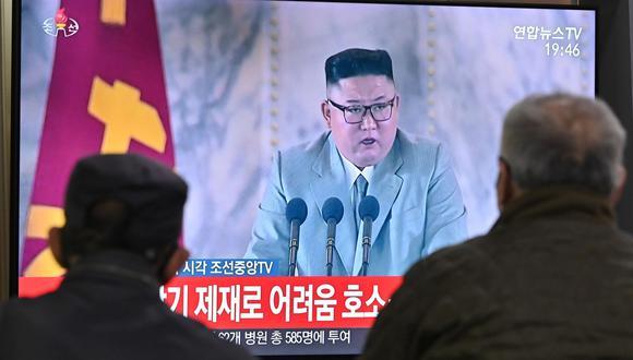 Las personas escuchan el discurso del líder de Corea del Norte, Kim Jong-un, a través de una transmisión por televisión en una estación de tren de Seúl, el 10 de octubre de 2020. (AFP / Jung Yeon-je).