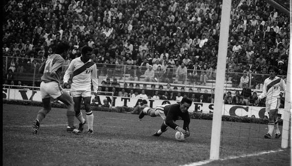 Sartor se lanza al balón sin guantes, como acostumbraba atajar. (Foto: GEC)