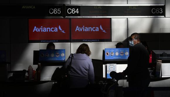 El Salvador multa a Avianca por permitir que pasajero con prueba positiva de coronavirus viajara. (Foto referencial: Patrick FALLON / AFP).