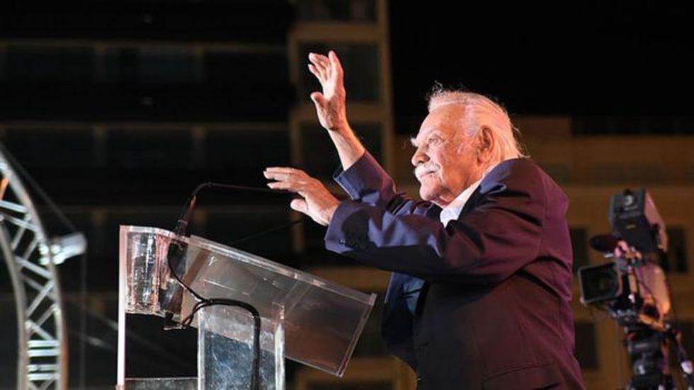 Glezos se convirtió en una figura importante en la política de Grecia. Foto: Getty Images, via BBC Mundo