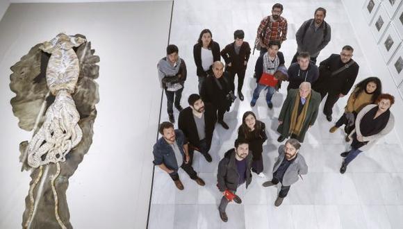 "Parte de la delegación peruana posa junto a la obra ""Untitled (architeuthis)"" ( 2013 ), de David Zink Yi. (EFE)"