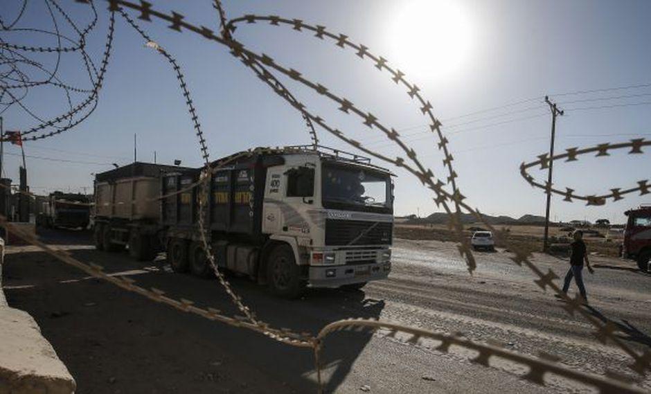Las fuerzas de seguridad palestinas leales a la Autoridad Palestina permanecen en la entrada del cruce Kerem Shalom, el principal punto de paso para los bienes que ingresan a Gaza, en la ciudad de Rafah, al sur de la Franja de Gaza. (Foto: AFP)