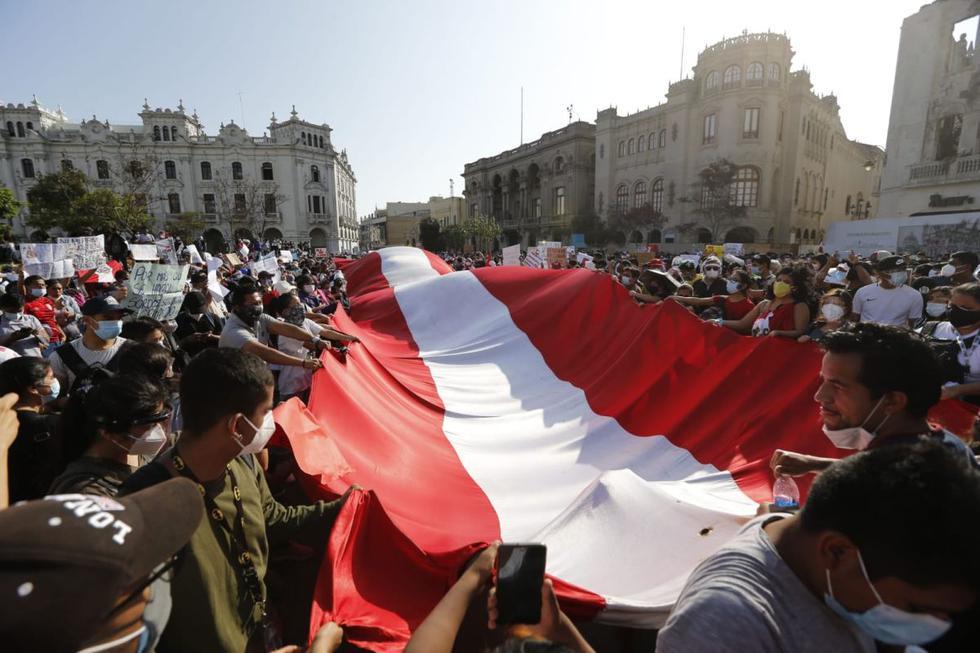 Decenas de manifestantes llegaron esta tarde a la Plaza San Martín (Cercado de Lima), la cual es uno de los puntos de concentración de la segunda marcha nacional en contra del presidente Manuel Merino. (Foto: Violeta Ayasta @photo.gec)