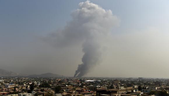 El humo se eleva desde el sitio del ataque después de una explosión masiva la noche anterior en Green Village en Kabul. (Foto: AFP)