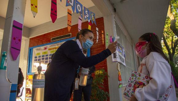 Los estudiantes en México disfrutarán de un megapuente entre octubre y noviembre. En la imagen, a una niña se le mide la temperatura antes de ingresar a su aula durante la reanudación de las clases presenciales en la Ciudad de México (Foto: Claudio Cruz / AFP)
