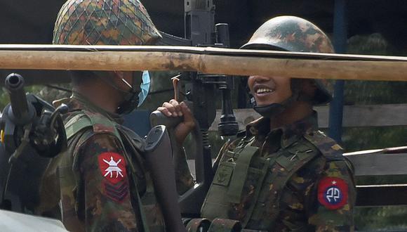 Un soldado porta un rifle de francotirador durante una manifestación contra el golpe militar en Myanmar. (Foto de STR / AFP).