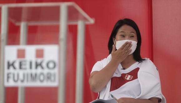 Keiko Fujimori, candidata de Fuerza Popular, llegó a las 3 de la tarde al frontis del penal Santa Mónica, en Chorrillos. Esperó durante media hora al candidato Castillo, quien cumplía su propia agenda en La Victoria. (Foto: Renzo Salazar/GEC)