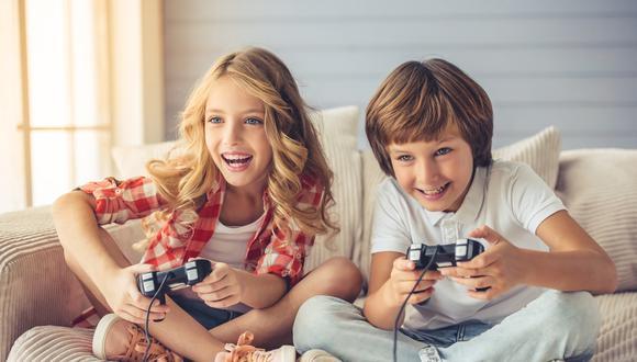 Los videojuegos además de ser fuentes de entretenimiento, son considerados como herramientas para mejorar la atención, la memoria, e incluso nos permiten crear estrategias para lograr un objetivo, pero es importante la supervisión y participación de los padres. (Foto: Shutterstock)