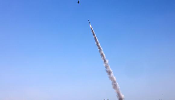 El sistema de defensa aérea Iron Dome de Israel se activa para interceptar un cohete lanzado desde la Franja de Gaza, controlado por el movimiento palestino Hamas, sobre la ciudad de Ashdod. (Foto de EMMANUEL DUNAND / AFP).