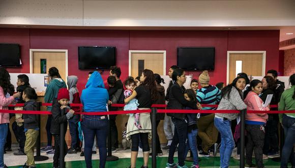 En una estación de autobuses en Brownsville, Texas, funcionarios de la ciudad usaron una sección vacía del mostrador para manejar el flujo de migrantes que esperaban en fila después de ser entregados por el ICE. (Ilana Panich-Linsman para The New York Times).