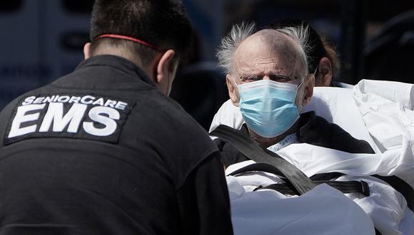 Un hombre enfermo de coronavirus es cargado a una ambulancia en el distrito de Manhattan, Nueva York. (REUTERS / Carlo Allegri).
