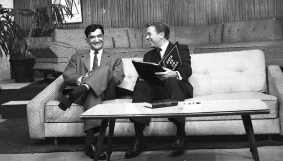 """El infatigable editor es homenajeado en 1961 en el programa de televisión """"Esta es su vida"""", conducido por Pablo de Madalengoitia. (Foto: GEC Archivo Histórico)"""