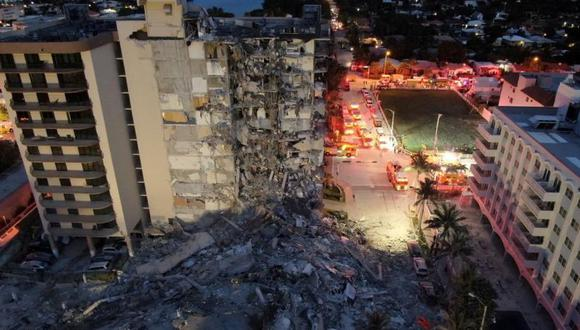 Un edificio que se derrumbó parcialmente se ve en Surfside cerca de Miami Beach, Florida, Esttados Unidos. (Miami-Dade Fire Rescue / Folleto a través de REUTERS).