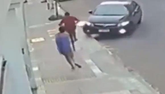 Hombre atropella a ladrón en bicicleta que le robó el celular a su novia en Brasil. (Captura de video).