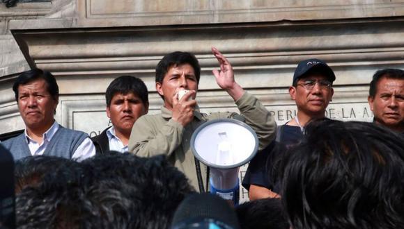 El dirigente Pedro Castillo anunció la suspensión temporal de la huelga de docentes. Posteriormente, Marilú Martens, ministra de Educación, saludó la decisión.
