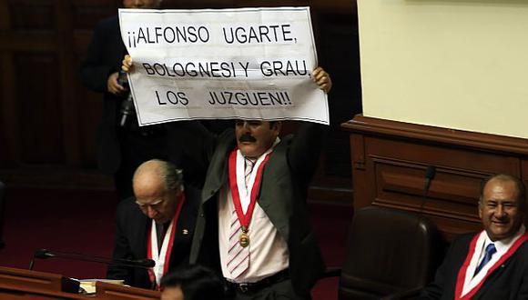 """El congresista Jorge Rimarachín mostró este cartel y vociferaba """"¡no la chilenización!"""" cuando el presidente Humala salía del Hemiciclo. (Foto: Rolly Reyna)"""