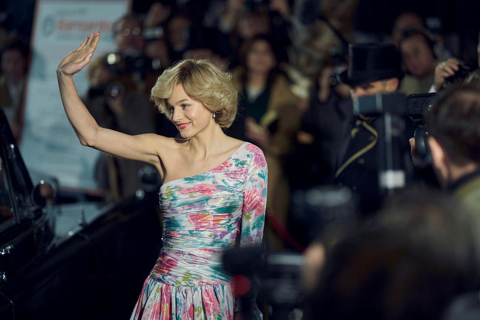 Diana de Gales (Emma Corrin) en la cuarta temporada, durante una escena filmada en el Lyceum Theatre. Foto: Netflix.