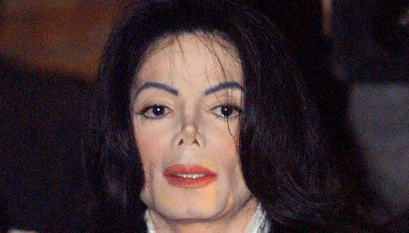 Primer plano del rostro del cantante Michael Jackson durante una visita a la Universidad de Oxford para dar un discurso a los estudiantes el 6 de marzo de 2001. (Foto: AFP)