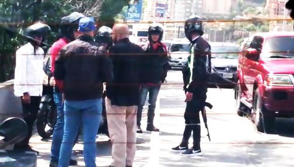 Juan Guaidó frustra intento de secuestro de su equipo en autopista de Caracas. (Foto: Twitter - @VPITV)