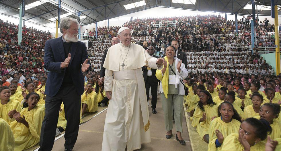 Papa Francisco y al Padre Pedro Opeka llegando a una reunión con la asociación humanitaria Akamasoa en Antananarivo, Madagascar. (Foto: AFP)
