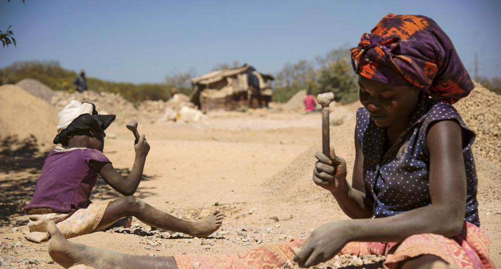 Una niña y una mujer trabajan en las extracción del cobalto en la República Democrática del Congo. (Foto: AFP).