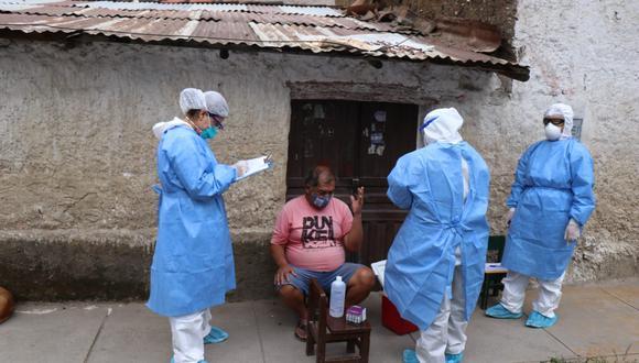 La brigada, conformada por diferentes profesionales de la salud, realizan una de las pruebas a una personas de 67 años. (Foto: Carlos Peña/GEC)
