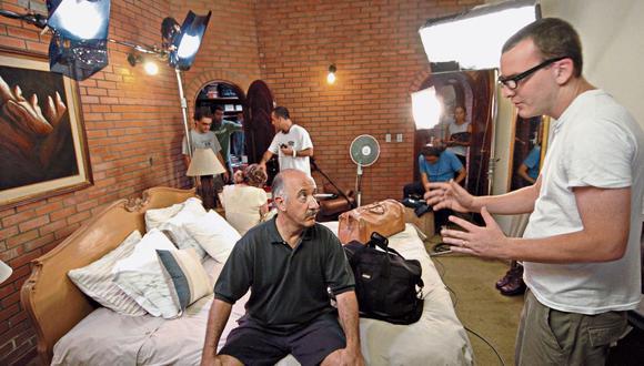 """Frank Pérez-Garland durante el rodaje de su primer largometraje, """"Un día sin sexo"""". (Foto: Hans Berninzon)"""
