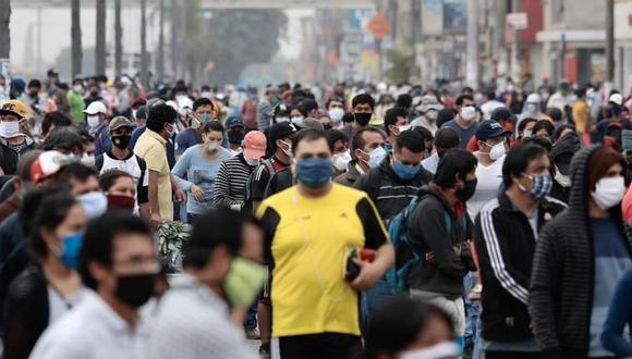 Un grupo de personas camina por las calles de Lima, el pasado 5 de mayo. (Foto: Ángela Ponce/GEC).