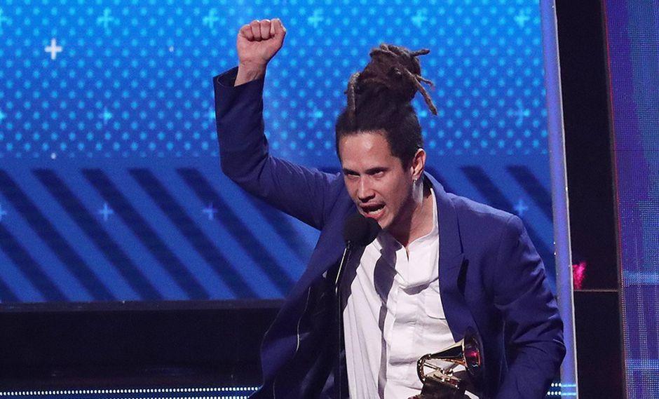 """Vicente García, luego de recibir el premio a """"Mejor Nuevo Artista"""" durante los Latin Grammy. (Foto: EFE)"""