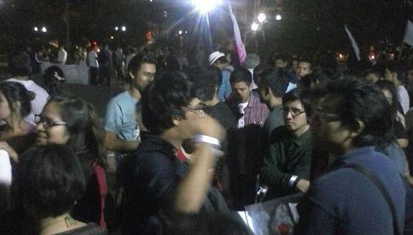 La congregación de manifestantes empezó a las 6 p.m. (Pierina Chicoma / El Comercio)