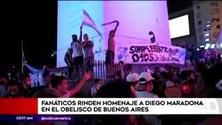 Aficionados rinden homenaje a Diego Armando Maradona en el Obelisco