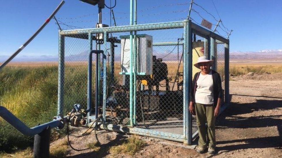 Sara dice que las dos compañías mineras usan bombas como esta para acceder al agua dulce.