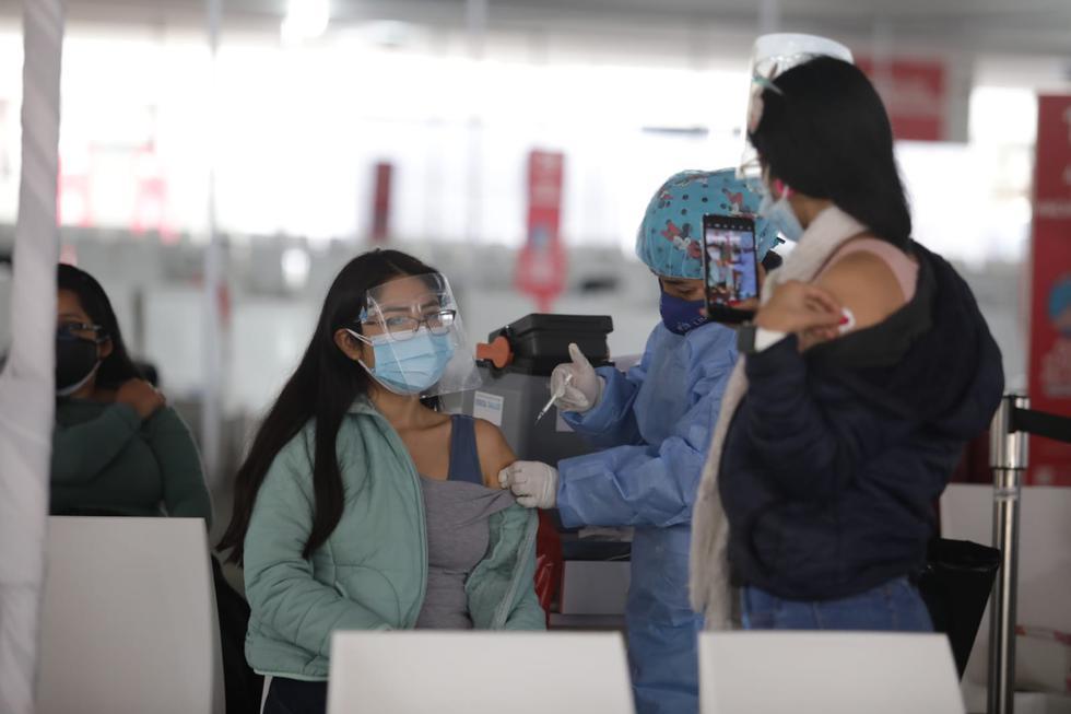 Este viernes 10 de setiembre comenzó la vacunación contra el COVID-19, de las personas de 27 años a más que residen en Lima Metropolitana y el Callao. También inició la inmunización a personas con diabetes tipo I y II y obesidad III, luego de la llegada de lotes de vacunas al país. (Foto: Britanie Arroyo / @photo.gec)