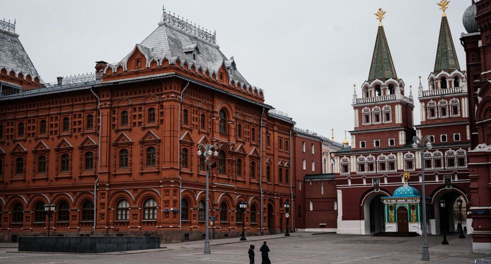 La gente camina por una plaza vacía cerca del Museo Histórico del Estado en el centro de Moscú. (Foto: AFP/Dimitar Dilkoff)