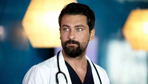 El actor Onur Tuna en una de las escenas donde interpreta al médico Ferman Eryiğit. (Fuente: Fox Turquía)