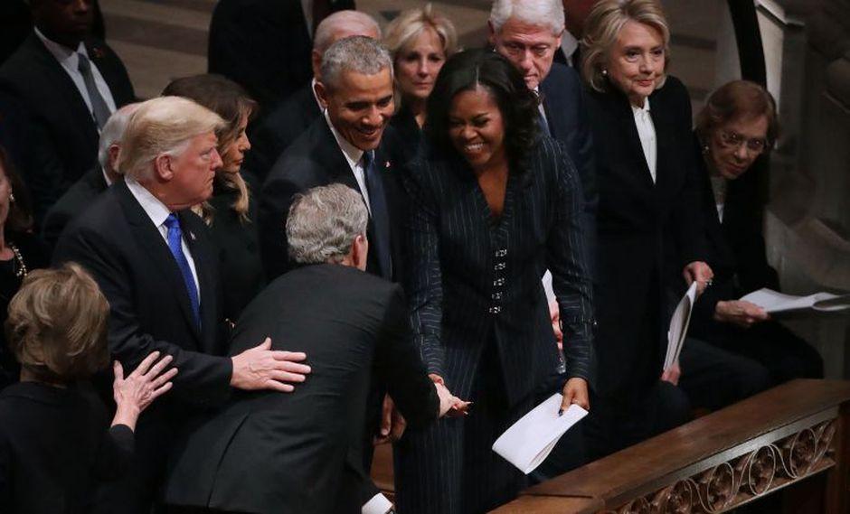 El ex presidente de Estados Unidos, George Bush, le habría entregado una golosina a la ex primera dama,Michelle Obama. (Foto: AFP)