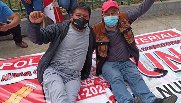 César Tito junto a otro simpatizante de Perú Libre. (Foto: Facebook)