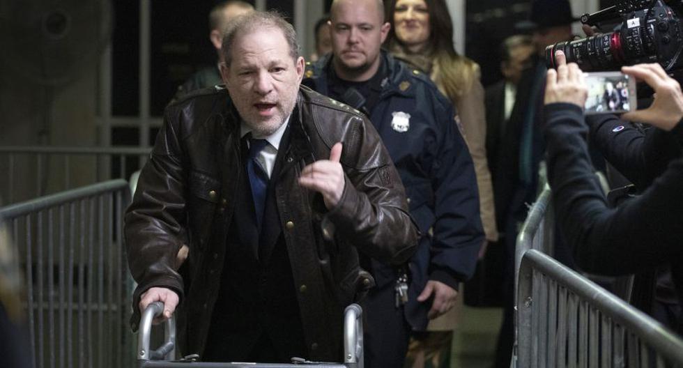 Harvey Weinstein sale de una sala de tribunal de Manhattan después de asistir a la selección del jurado para su juicio por cargos de violación y agresión sexual. (Foto: AP).