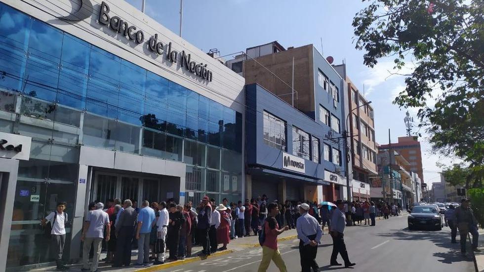 Largas colas se formaron en las sucursales del Banco de la Nación en Tacna por el paro de trabajadores. (Foto: Radio RCC Tacna)