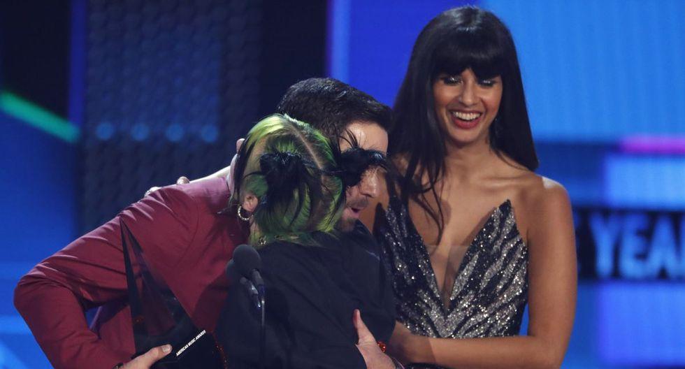 Billie Eilish recibe el premio de Mejor nuevo artista de manos de Taran Killam y Jameela Jamil en los American Music Awards 2019. (Foto: Reuters)