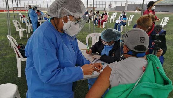 Después de la aplicación de su segunda dosis, deberán pasar dos semanas para que su inmunización sea completa. (Foto: Minsa / Referencial)