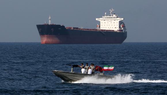 Cinco buques iraníes llevan gasolina a Venezuela. Su ruta es por el Caribe. (Foto referencial, ATTA KENARE / AFP).