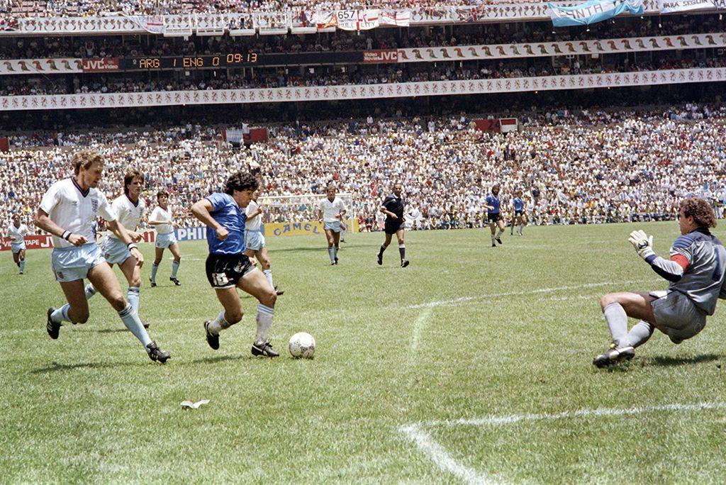 Después de dejar regados por la cancha a varios jugadores ingleses, Maradona define y consigue el segundo gol contra la selección de Inglaterra en el Mundial de México, en 1986. Aquel gol quedará como la firma inconfundible de un superdotado. El mejor gol de los mundiales, sin duda. (Foto: Agencia AFP)