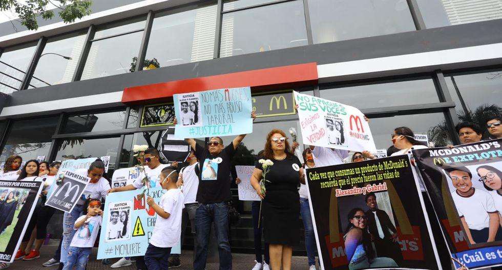 Familiares y amigos de Carlos Gabriel Edgardo Campos Zapata y Alexandra Antonella Porras Inga realizaron un  plantón en el McDonald's de Miraflores. (Foto: Jessica Vicente)